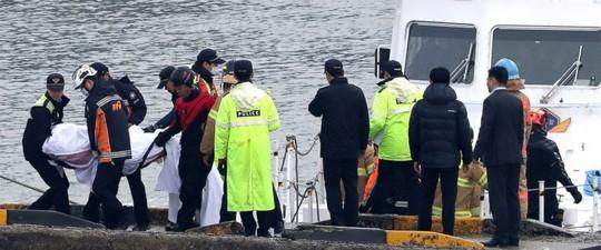 Tàu cá Hàn Quốc đâm tàu tiếp dầu, 13 người thiệt mạng - Ảnh 2.