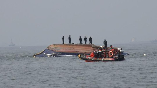 Tàu cá Hàn Quốc đâm tàu tiếp dầu, 13 người thiệt mạng - Ảnh 1.