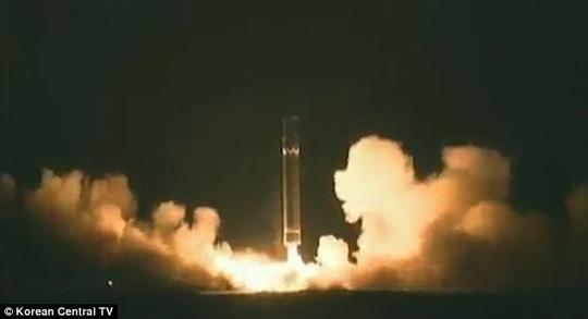 Phi hành đoàn Cathay Pacific nhìn thấy tên lửa Triều Tiên rơi - Ảnh 1.