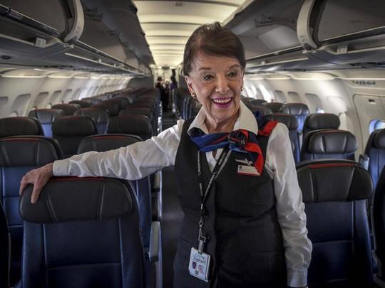 Nữ tiếp viên hàng không 81 tuổi vẫn vi vu trên bầu trời - Ảnh 6.