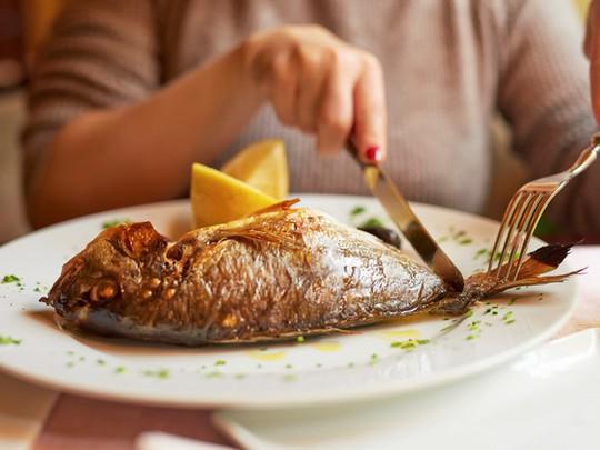 Dù thích ăn cá tới đâu cũng cần tránh 5 thời điểm này - Ảnh 2.