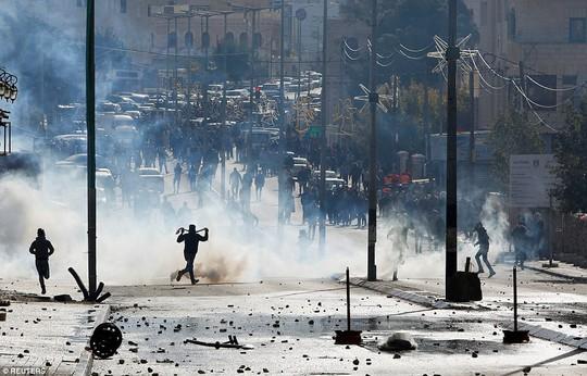 Vụ Jerusalem: Đạn lửa bùng cháy sau quyết định của ông Donald Trump - Ảnh 1.