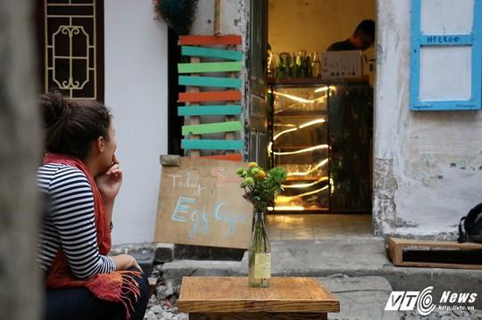 Du khách thích thú cà phê đường ray tàu hỏa Hà Nội - Ảnh 2.