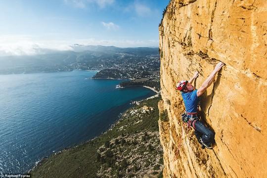 8 địa điểm leo núi đáng sợ nhất thế giới - Ảnh 1.