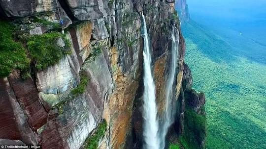8 địa điểm leo núi đáng sợ nhất thế giới - Ảnh 2.