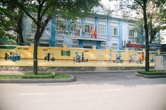 """Tác phẩm """"Món ngon Sài Gòn"""" trước Phòng Công chứng số 1 - 97 Pasteur"""
