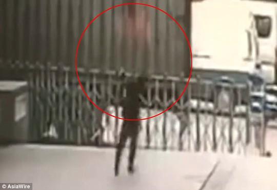 Trung Quốc: Chết thảm vì cố cứu người tự tử - Ảnh 1.