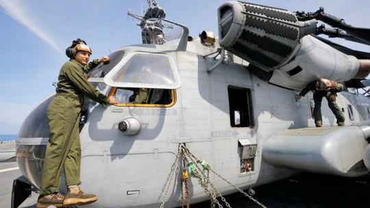 Tá hỏa cửa sổ trực thăng Mỹ rơi xuống trường học Nhật - Ảnh 1.