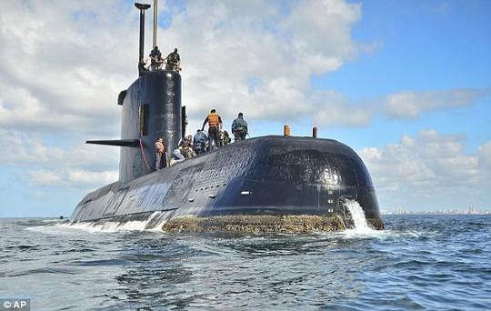 Tàu ngầm Argentina mất tích đã bị trực thăng Anh rượt đuổi? - Ảnh 2.