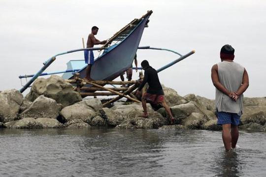 Bão Kai-Tak đứng yên, Philippines khốn đốn - Ảnh 1.
