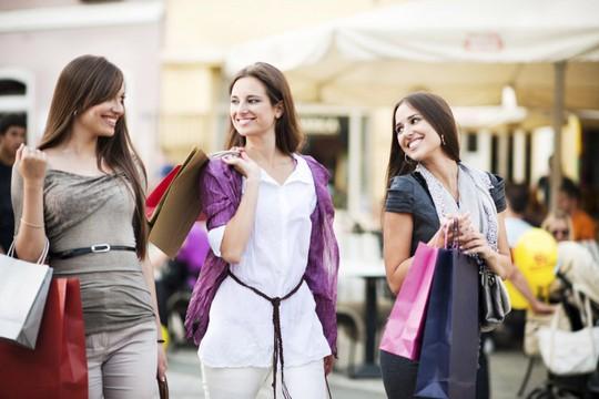 4 chiêu mua hàng hiệu giảm giá ở nước ngoài dịp cuối năm - Ảnh 1.