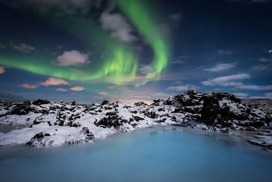 Hồ nước nóng giữa vùng băng giá đẹp nhất thế giới - Ảnh 1.