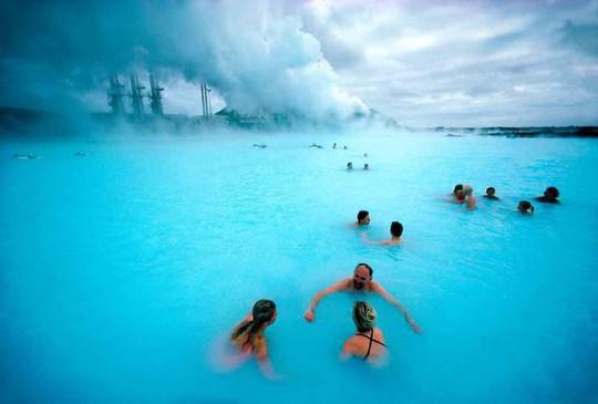 Hồ nước nóng giữa vùng băng giá đẹp nhất thế giới - Ảnh 2.