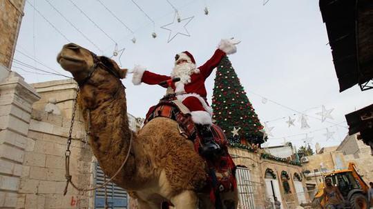 Ông già Noel cai ngục và ông già Noel cưỡi lạc đà sưởi ấm Giáng sinh - Ảnh 1.