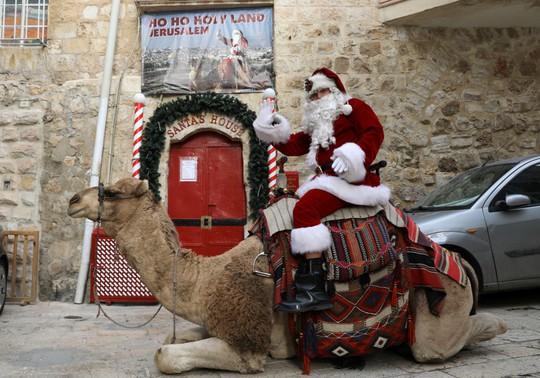 Ông già Noel cai ngục và ông già Noel cưỡi lạc đà sưởi ấm Giáng sinh - Ảnh 2.