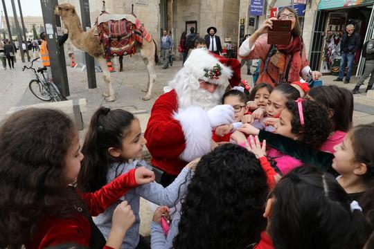 Ông già Noel cai ngục và ông già Noel cưỡi lạc đà sưởi ấm Giáng sinh - Ảnh 3.