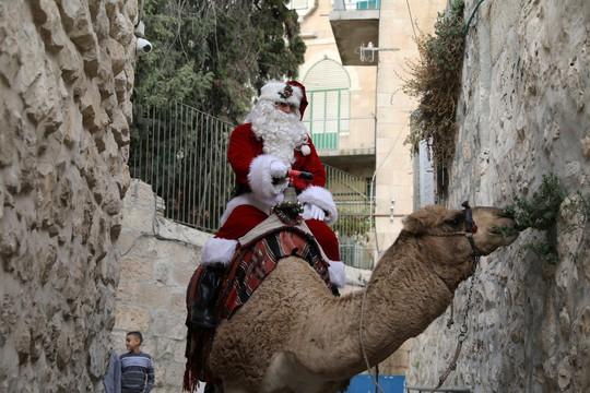 Ông già Noel cai ngục và ông già Noel cưỡi lạc đà sưởi ấm Giáng sinh - Ảnh 4.
