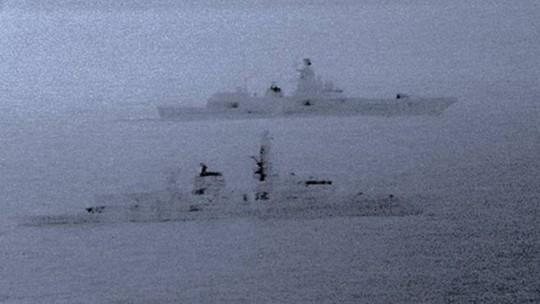 Tàu khu trục Anh kèm sát tàu chiến Nga - Ảnh 1.