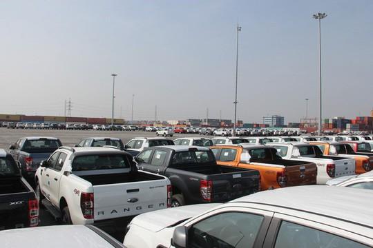 Hàng ngàn ô tô xếp hàng dài ở cảng chờ… ngày giảm thuế - Ảnh 1.
