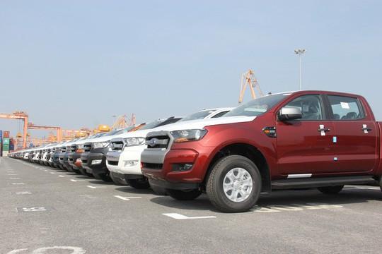 Hàng ngàn ô tô xếp hàng dài ở cảng chờ… ngày giảm thuế - Ảnh 2.
