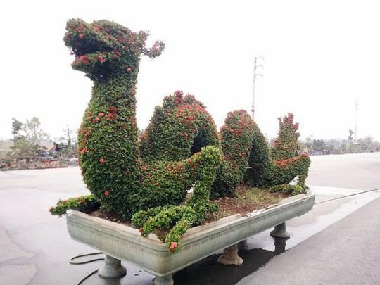 """Những linh vật """"khủng"""" tạo hình từ hàng trăm cây hoa mẫu đơn - Ảnh 2."""