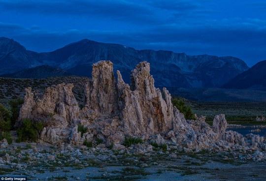 Vẻ đẹp khô cằn của những tháp đá trên núi