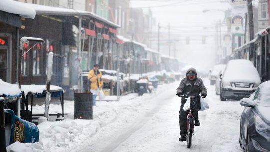 Một người đàn ông đạp xe trên đường phố ở TP Philadelphia. Ảnh: AP