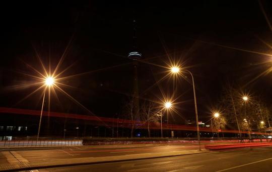 Tháp Truyền hình và Phát thanh Trung ương Trung Quốc tại Bắc Kinh tắt đèn. Ảnh: REUTERS