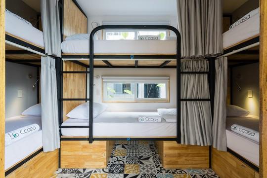 Các phòng ngủ ở đây gồm giường cabin với không gian chỉ dành để ngủ. Các tiện nghi như phòng khách, bếp, nhà vệ sinh, khu vui chơi được chia sẻ ở không gian chung rộng lớn.