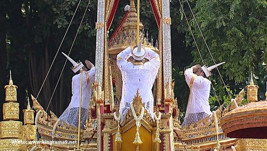 Thái Lan: Thi hài cố quốc vương được đưa vào tháp hỏa táng - Ảnh 21.