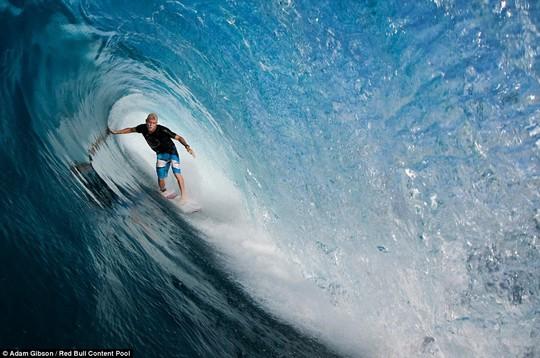Choáng ngợp với những con sóng khổng lồ tuyệt đẹp nhưng cũng đầy hăm dọa - Ảnh 11.