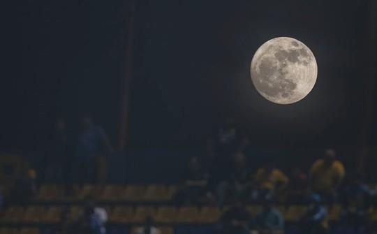 Hình ảnh siêu trăng 2017 trên bầu trời các nước - Ảnh 11.