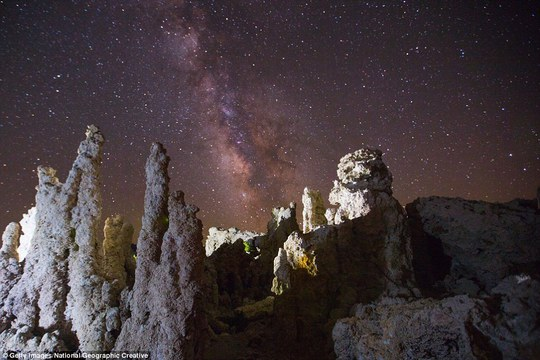 Dưới bầu trời đêm nơi đây thường dành cho những người đam mê thiên văn học với những tháp đá như vươn tới các vì sao