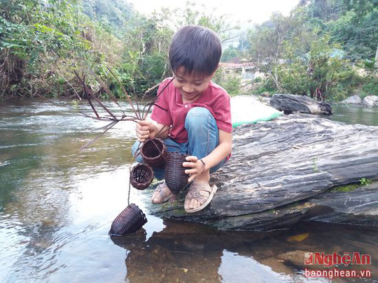 Còn các em nhỏ cũng tranh thủ thả mang xay moi (một dụng cụ săn cá và nòng nọc truyền thống của người Thái) để đặt vào ban ngày