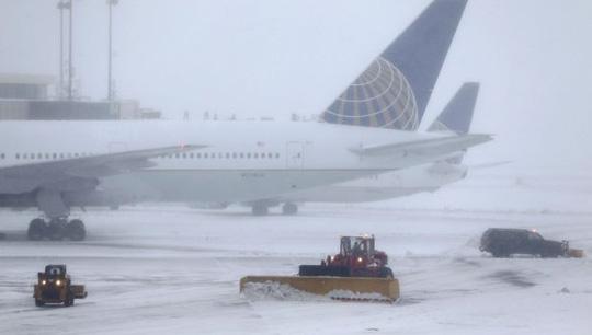 Xe dọn tuyết ở Sân bay quốc tế Newark Liberty, bang New Jersey. Ảnh: AP