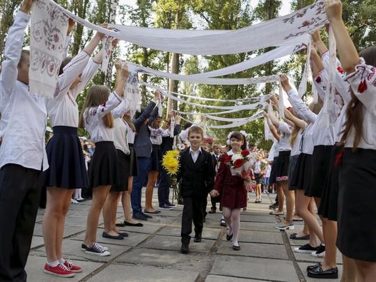 Chùm ảnh đẹp về ngày tựu trường ở 12 quốc gia trên thế giới - Ảnh 12.