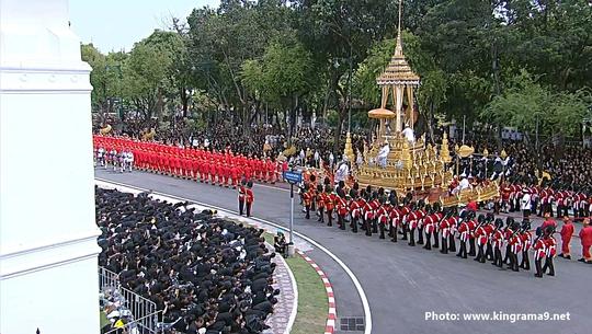 Thái Lan: Thi hài cố quốc vương được đưa vào tháp hỏa táng - Ảnh 22.