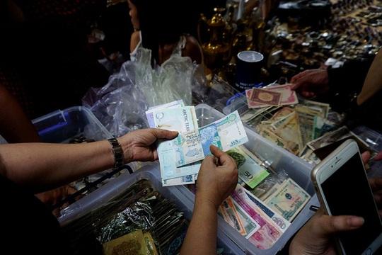 Chợ ve chai nghìn đô giữa lòng Sài Gòn - Ảnh 13.