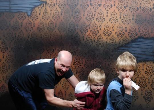 Những cảnh hài hước trong nhà ma bị camera chụp lại - Ảnh 13.