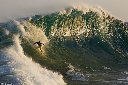 Choáng ngợp với những con sóng khổng lồ tuyệt đẹp nhưng cũng đầy hăm dọa - Ảnh 15.