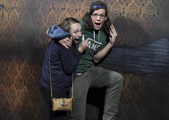 Những cảnh hài hước trong nhà ma bị camera chụp lại - Ảnh 19.