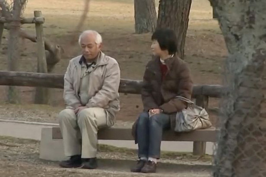 Cuộc gặp gỡ của ông bà ở công viên Ảnh: YOUTUBE