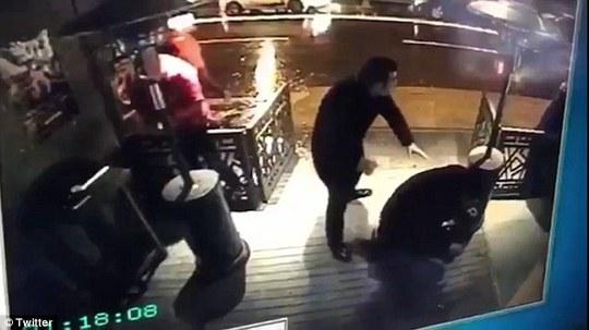 Người bên ngoài hộp đêm có thể nhìn thấy sát thủ ra tay. Ảnh: TWITTERS