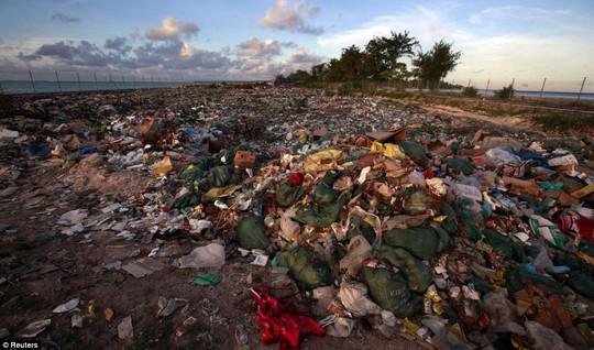 Bãi rác trên đảo Tarawa. Ảnh: Reuters