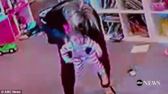 Clip bà mẹ nhanh trí cứu con gái bị hóc bim bim