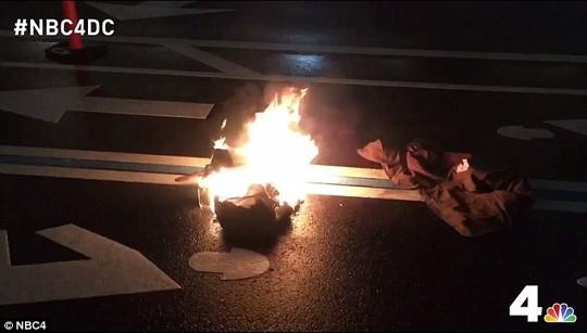 Ông ấy đã đốt quần áo trên đường. Ảnh: NBC4