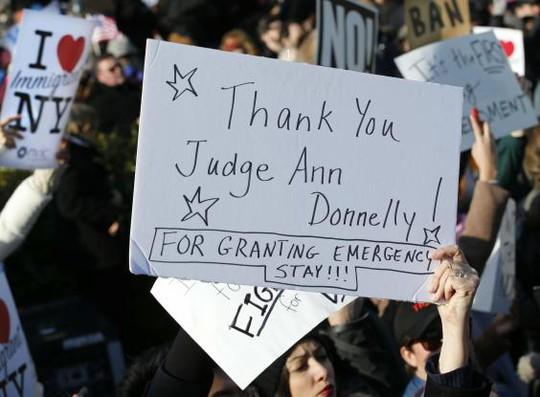 Hàng loạt cuộc biểu tình nổ ra khắp nước Mỹ. Ảnh: AP