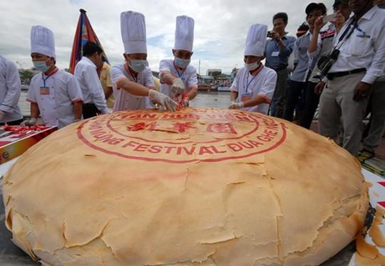 Bánh pía 306 kg, đạt kỷ lục Việt Nam. Ảnh: Ngọc Trinh.