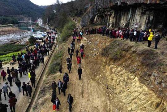 Gia đình 500 người chụp ảnh chung trên núi