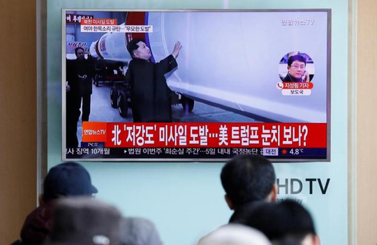 Người dân ở Seoul, Hàn Quốc theo dõi trên TV tin về vụ thử tên lửa của Triều Tiên vào ngày 12-2
